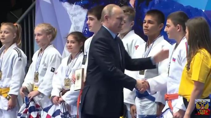 Владимир Путин поздравляет Александра Козлова на турнире Рахлина 2018