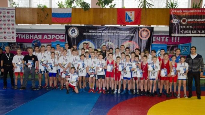 Совместное фото участников Чемпионата и Первенства Севастополя по вольной борьбе - декабрь 2018