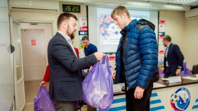 Сергей Резниченко вручает мячи представителям футбольных команд