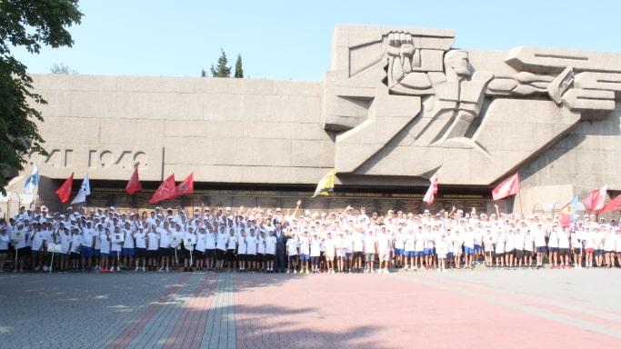 Участники турнира Кубка городов-героев у Вечного огня в Севастополе