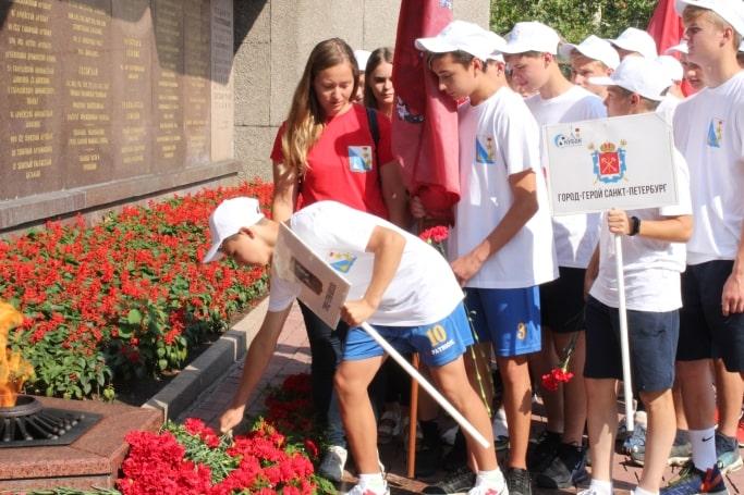 Участники турнира Кубка городов-героев возложили цветы у Вечного огня
