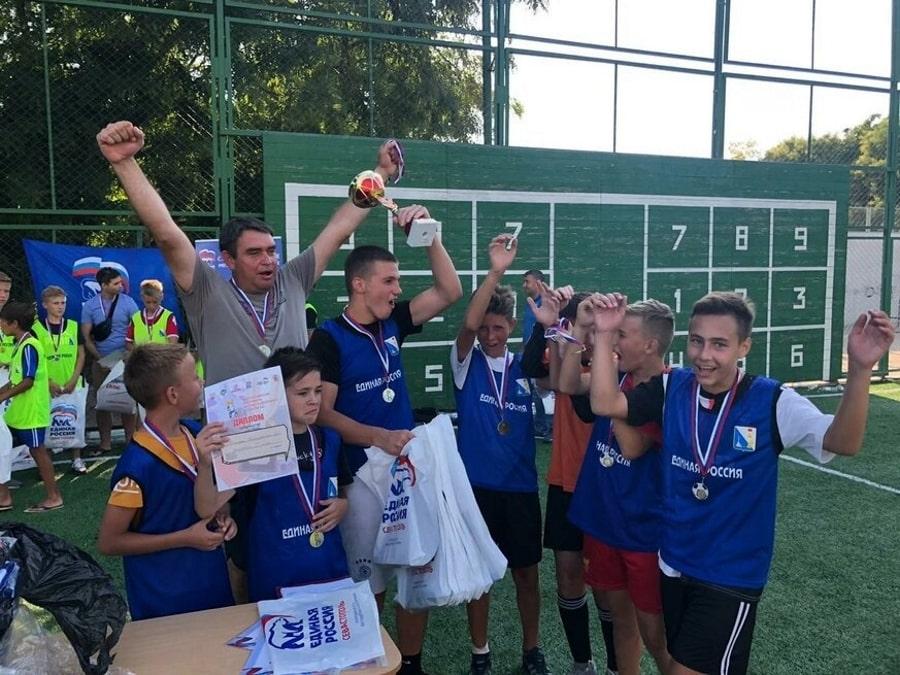 Дворовая футбольная команда Победа отмечает результат