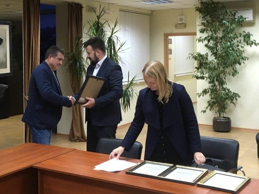 Сергей Резниченко вручает диплом президенту Федерации кикбоксинга Севастополя Владимиру Паньшину