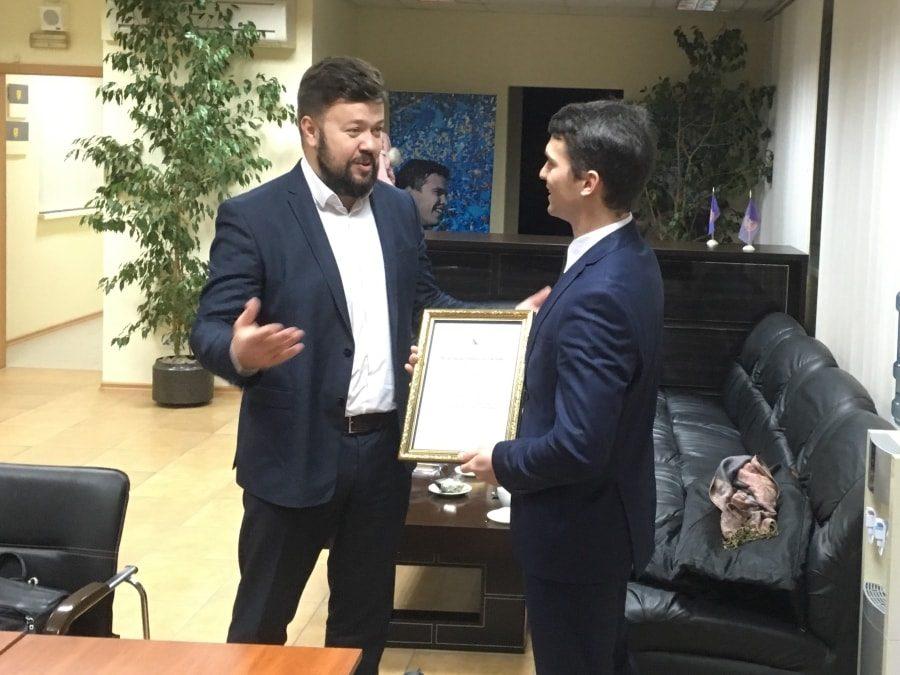 Сергей Резниченко вручает диплом президенту Федерации ушу Севастополя Алексею Щербакову